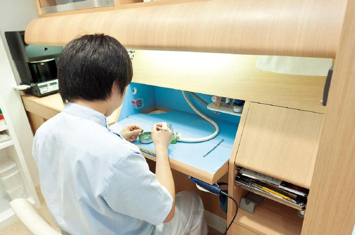 患者さんの要望やトラブルに即座に対応するため院内ラボを設置。