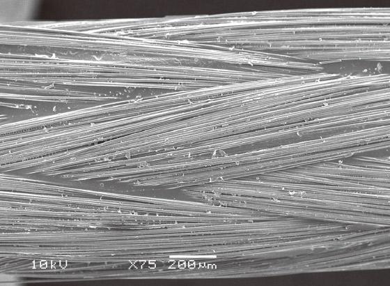 図9 i-TFC光ファイバーポスト表面のSEM像。ガラス繊維を編み込むことでできる表面の凹凸が認められる。
