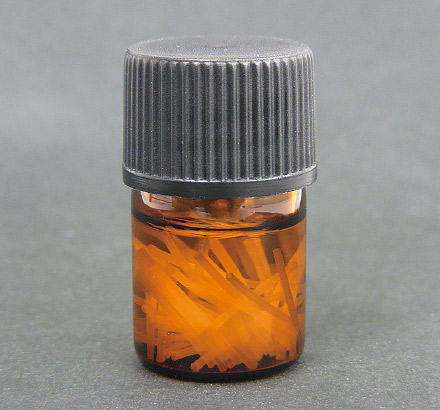 図12 ファイバーの保存にはアロマオイル用の遮光瓶(3mL)を使用している。広口なのでファイバーが取り出しやすく便利である。この状態で冷暗所に保存している。