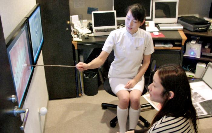 図1 当医院では歯科衛生士もCT画像を使用し患者さんに指導を行っている。