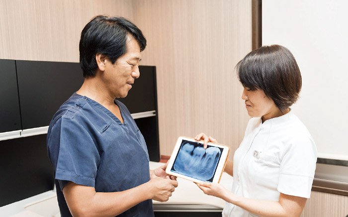 図2 iPadを使用した診療前の打ち合わせ風景。院内をデジタル化したことで、スタッフ間のコミュニケーションもスムーズに。
